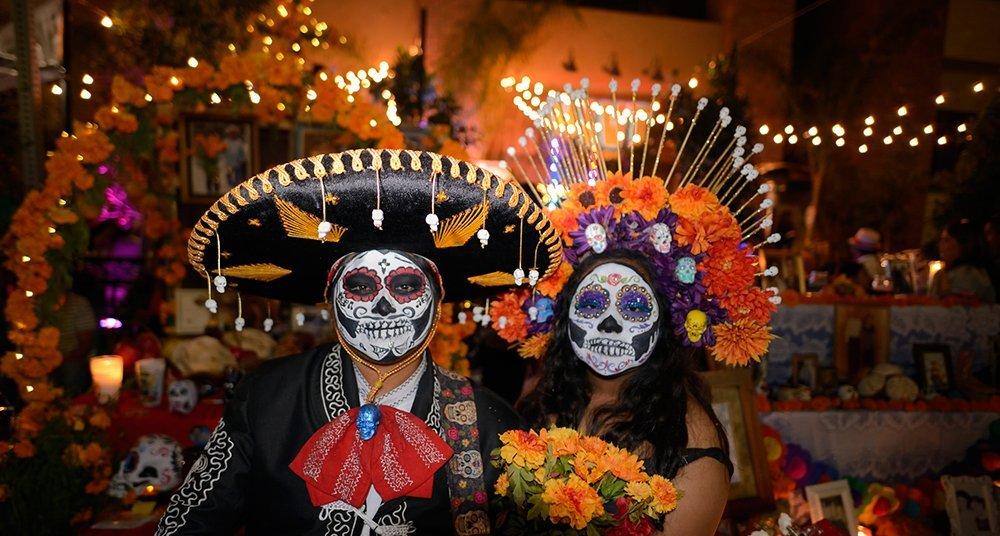 couple celebrating día de muertos